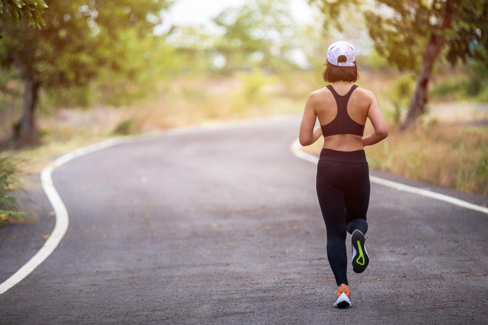 kobieta biega by przedłużyć swoją młodość