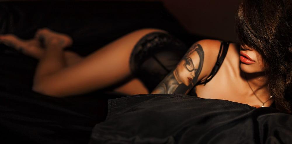 kobieta w seksownej bieliźnie w lóżku
