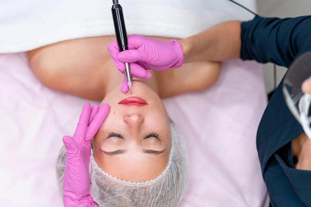 kosmetolog stosujacy makijaz permanentny