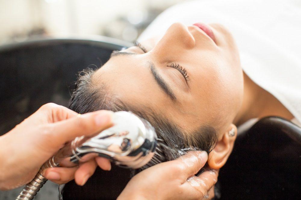 mycie włosów szamponem - pielęgnacja włosów domowe sposoby