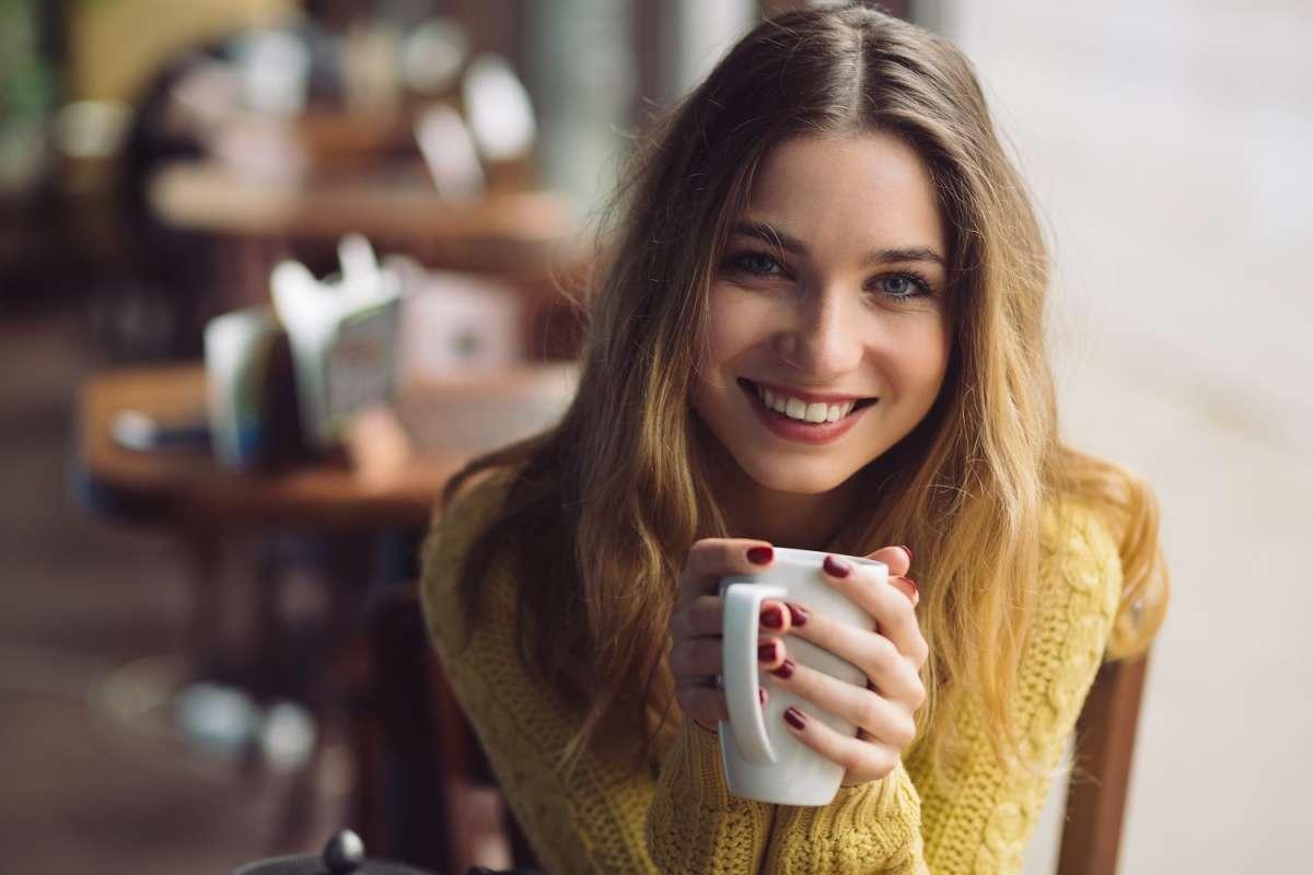 kobieta trzymająca kubek z herbatką odchudzającą
